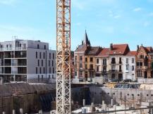 Chantier construction immeubles modernes et anciens